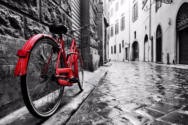3D Фотообои «Красный велосипед на черно белой улочке»