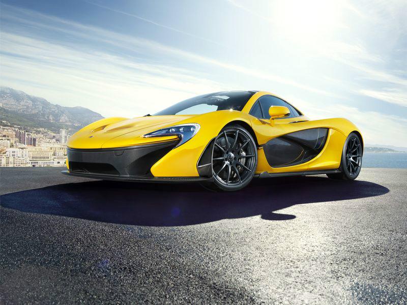 3D Фотообои «Желтый спортивный автомобиль в лучах солнца»